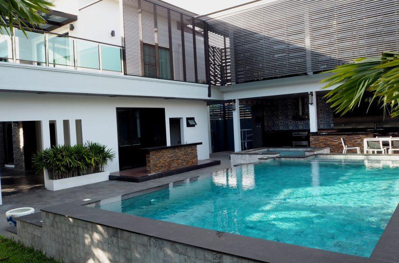 Private swimming pool สระว่ายน้ำส่วนตัว